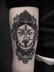 精致的黑色装饰风格纹身图案来自于纹身师尼古拉(Nicola Mantineo)