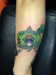 手臂一款彩色鲜艳的皇冠字母纹身图案