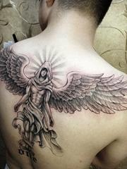 帅哥后背一款漂亮的天神纹身图案