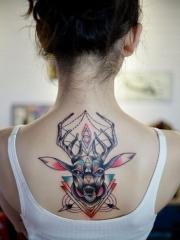 女生创意精美几何驯鹿背部纹身
