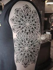 漂亮的点刺纹身黑色曼陀罗图案纹身