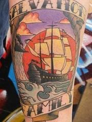 腿部上的传统风格横幅和帆船纹身图片