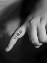 手指英文笑脸个性纹身