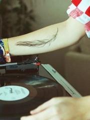 酒吧dj手臂上的羽毛纹身图案欣赏