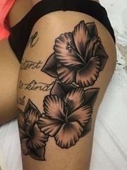 女性性感侧臀上美丽的花朵纹身图片