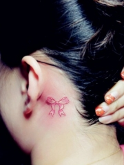 女生耳朵后面可爱的蝴蝶结纹身