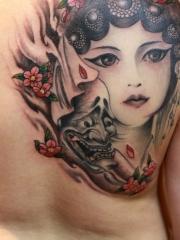 背部般若与花旦结合的后背纹身图案