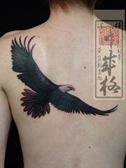 后背黑色老鹰纹身图案