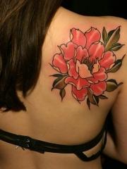 长发女生背部鲜艳的牡丹花纹身图案