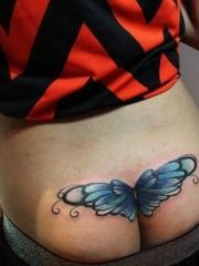 女孩子臀部彩绘抽象的翅膀刺青图片