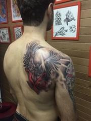 男子右后背上帅气的黑灰色天使纹身图片