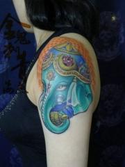 一款女生手臂彩色象神纹身图案