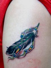 手臂彩绘羽毛纹身图案