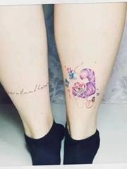 女生清新的爱丽丝梦游仙境纹身图案