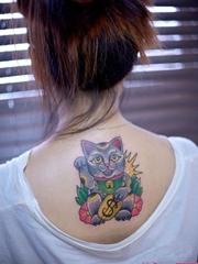 背部可爱招财猫刺青图案