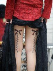 大腿精巧的蝴蝶结与蕾丝纹身图片