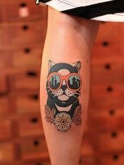 女性小腿上戴眼镜的个性小黑猫纹身