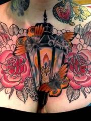 美女胸部尽情绽放的花卉与灯蝴蝶纹身