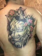 男性遮盖背部传统般若纹身图案
