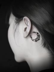 女生耳后月亮图腾纹身图案