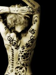 女性漂亮的后背手臂黑白图腾字符刺青