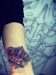 手臂个性好看的彩绘皇冠纹身图案
