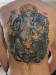 男性满背霸气的彩绘象神纹身