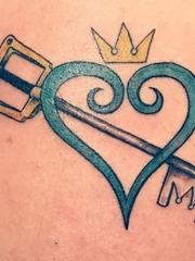 漂亮的心形图案皇冠和钥匙纹身