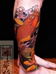 腿上的日本风格的红色鲤鱼纹身图案