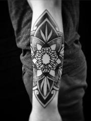 手小臂上的黑色装饰风格几何图形曼陀罗纹身图片