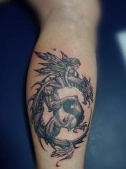 小腿精灵和飞龙八卦纹身
