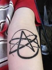 男性手臂上黑色墨水大五角星纹身图片