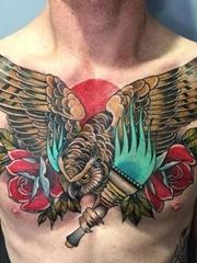 男性满胸帅气的猫头鹰纹身图案