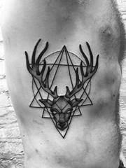 男性右肋上黑灰色的立体几何图形和牡鹿头纹身图片