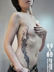 腰部彩色的大型羽毛纹身图案作品