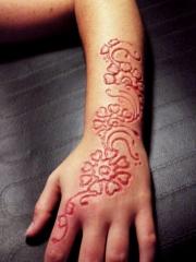 手背到小臂割肉花卉纹身图案