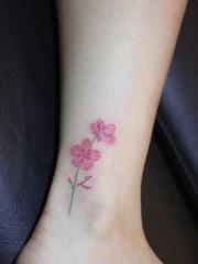 裸脚上的小清新花朵纹身图案
