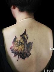 后背黑色大幅枫叶图案
