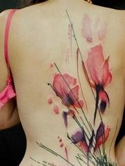 女性背上大面积水彩花朵纹身图片