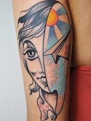神秘的女孩头部纹身图案来自于纹身师卢卡
