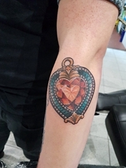 手臂上漂亮的红心形宝石挂饰纹身图片
