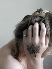 女子手背上好看的枫叶纹身图案