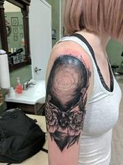 美女右手臂上黑色鹿和牡丹花纹身图片