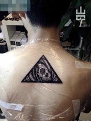 后背时尚精美的三角与骷髅纹身图案