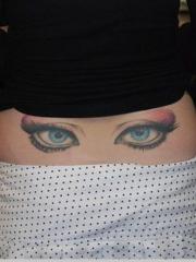 女性后腰妩媚的眼睛彩绘纹身