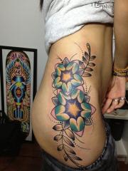 美女腰部个性的花蕊藤蔓彩绘刺青图案