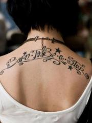 女生后背花式星星与英文字母纹身图案