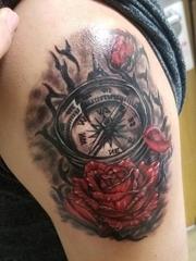 臀部右侧水彩纹身玫瑰和指南针纹身图片