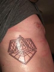 男性侧肋上个性的几何图形纹身图片