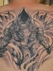 男性后背黑灰色霸气的大面积钢铁武士纹身图片